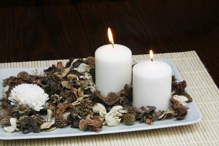 flores secas: Placa decorativo con flores secas y ardiente vela - concepto de decoraci�n del hogar