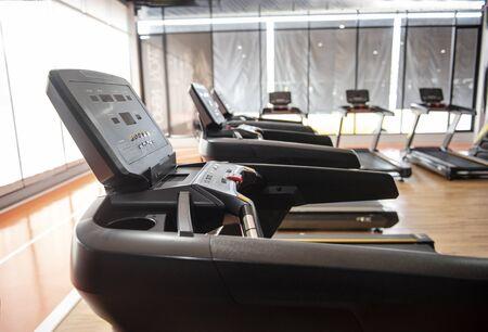 Ejercicio en cinta en el gimnasio - Imagen