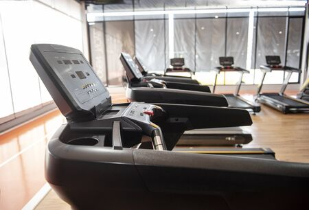 Laufbandtraining im Fitnessraum - Image