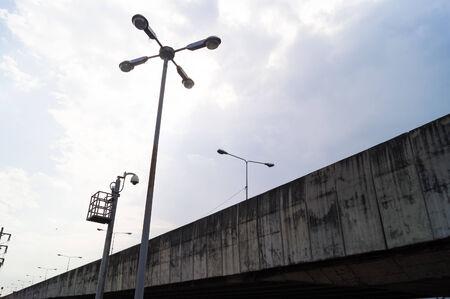 lampposts: Farolas y un puente de hormig�n en Bangkok de Tailandia