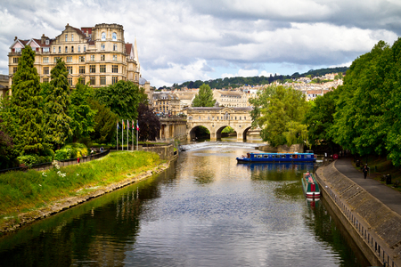 riverside county: Pulteney Bridge over the River Avon. Bath, England