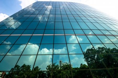 rascacielos: Verde negocios de cristal moderno con el cielo azul