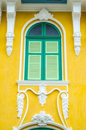 stucco facade: Splendidamente Stucco facciata windows.on muro giallo Archivio Fotografico