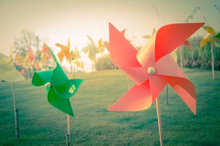 정원 복고풍 컬러 필터에 바람개비 스톡 콘텐츠