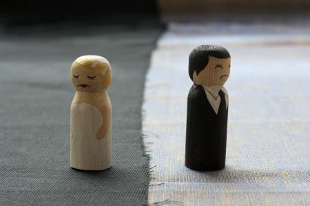 vrouw en husbend krabbels in een echtscheiding proces begrip verbroken relaties