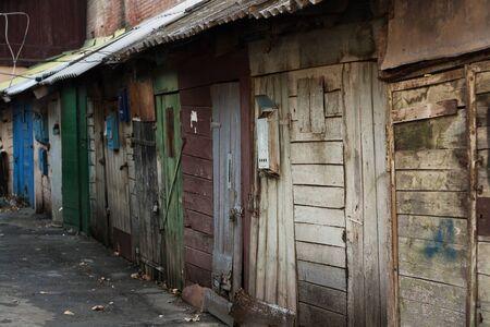 puertas antiguas: garajes obsoleto con puertas de madera en dificultades y los buzones de correo en Rusia