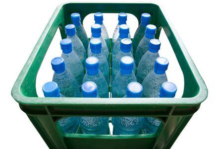 Des bouteilles d'eau en caisse verte