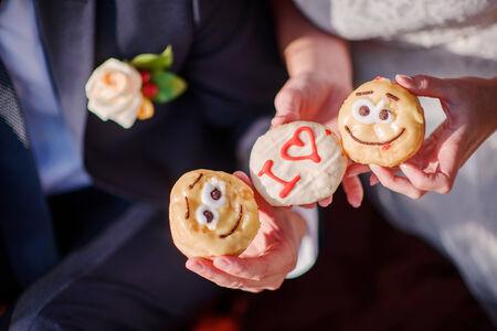 i love u: mari�e et le mari� tenant beignets dire I Love U Banque d'images
