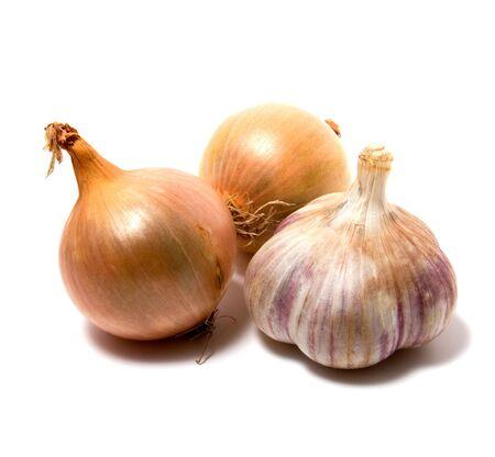 onion isolated: Ajo y cebolla aisladas en blanco de cerca