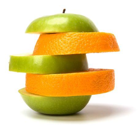 gemischte geschnittenen Früchte und Pillen, die isoliert auf weißem Hintergrund  Standard-Bild