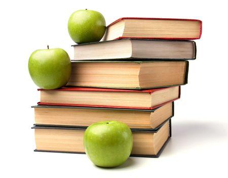Buch-Stack mit Apfel auf weißen Hintergrund isoliert Standard-Bild