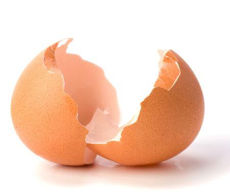 gallina con huevos: c�scara de huevo roto aislado sobre fondo blanco