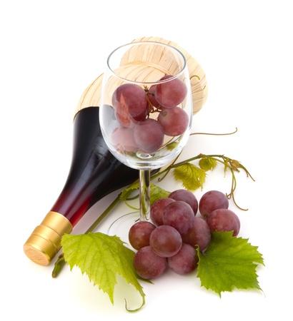 vino: botella de vino rojo y vaso lleno con uvas aisladas sobre fondo blanco