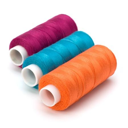 Colorido bobinas de hilo aisladas sobre fondo blanco