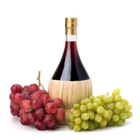 full red: Bottiglia di vino rosso pieno e uva isolato su sfondo bianco
