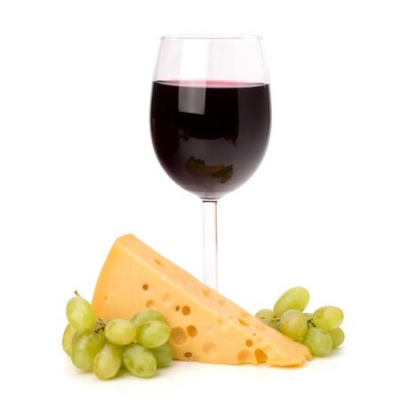 vinos y quesos: C�liz de vidrio vino completo rojo y uvas aisladas sobre fondo blanco
