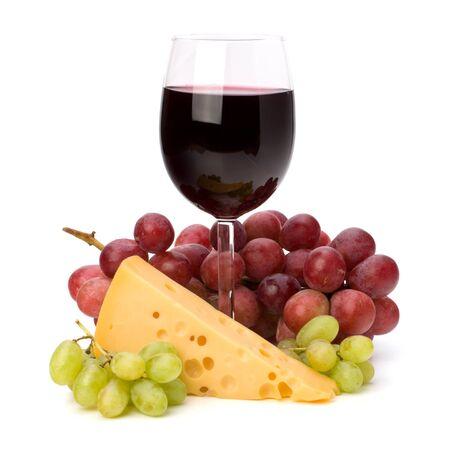 full red: Completo rosso calice di vino e l'uva isolato su sfondo bianco