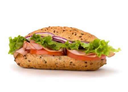 bocadillo: Gran comida r�pida apetitoso s�ndwich baguette con lechuga, tomate, jam�n ahumado y queso aisladas sobre fondo blanco. Metro de comida basura.