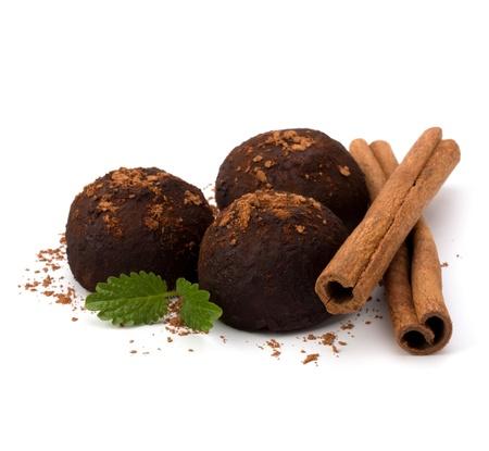 truffe blanche: Truffe au chocolat bonbons isol� sur fond blanc Banque d'images