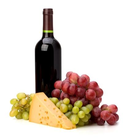 queso blanco: Botella de vino tinto y las uvas aisladas sobre fondo blanco Foto de archivo