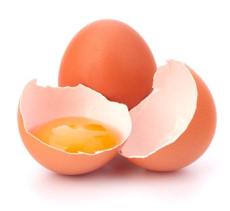 흰색 배경에 고립 된 깨진 된 달걀