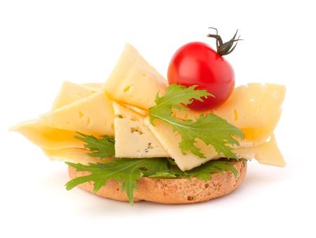 흰색 배경에 고립 된 치즈와 함께 오픈 건강 샌드위치
