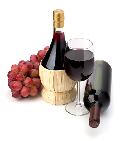 full red: Completo rosso bicchiere di vino calice, bottiglia e uva isolato su sfondo bianco