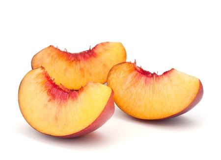 durazno: Segmentos Nectarina fruta aislado sobre fondo blanco Foto de archivo