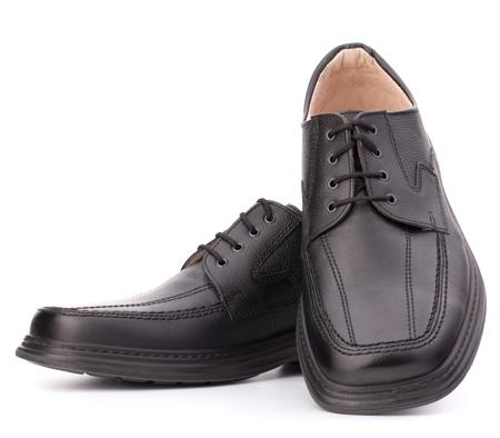 pies masculinos: Hombre de color negro brillante de los zapatos con cordones de los zapatos aislados sobre fondo blanco