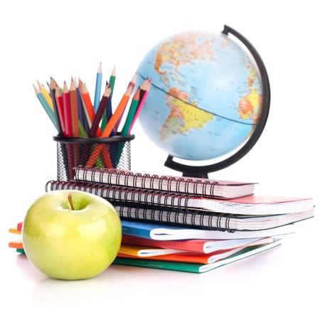 espalda: Globe, cuaderno y l�pices de pila. Escolar y accesorios de los estudios de los estudiantes. Volver al concepto de la escuela.