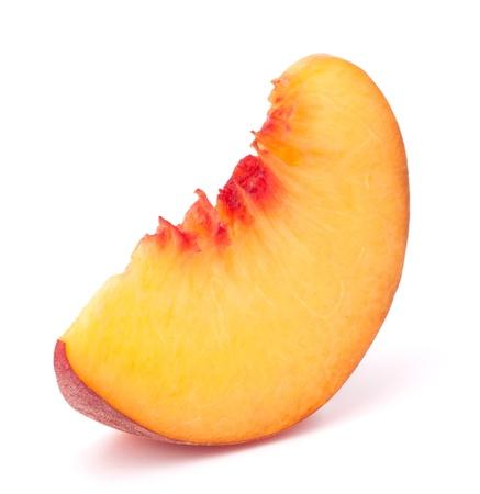 durazno: Rebanada Fruta madura del melocot�n aislado en el fondo blanco recorte Foto de archivo