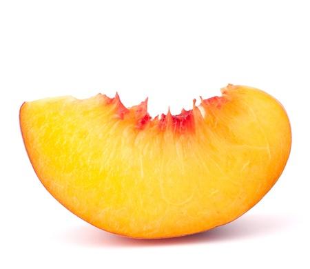 白い背景の切り欠きに分離された熟したモモ果実のスライス 写真素材