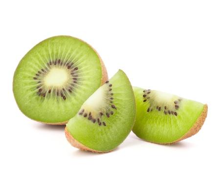 キウイ フルーツの白い背景の切り欠きに分離されたセグメントをスライス