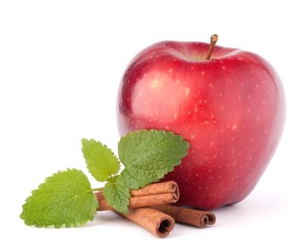 apple cinnamon: Mela rossa, bastoncini di cannella e foglie di menta ancora la vita isolato su bianco ritaglio.