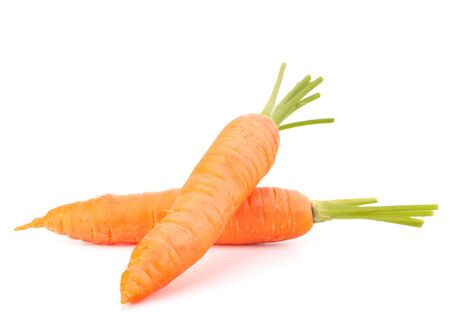 raices de plantas: Zanahoria verduras con hojas aisladas en el fondo blanco recorte
