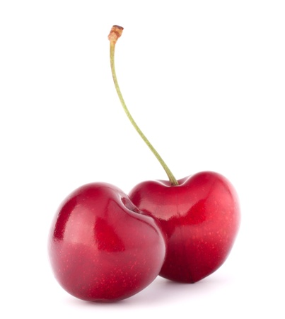 2 つのハート型の白い背景の切り欠きに分離された桜の果実
