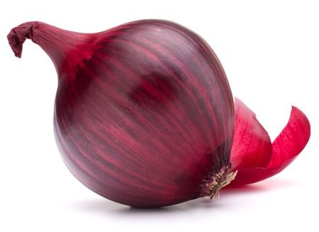 cebolla roja: bulbo de la cebolla roja aislado en el fondo blanco recorte