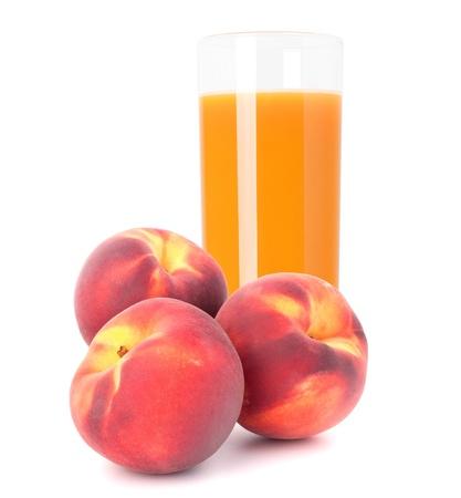 白い背景の切り欠きに分離されたガラスでモモ果実ジュース 写真素材