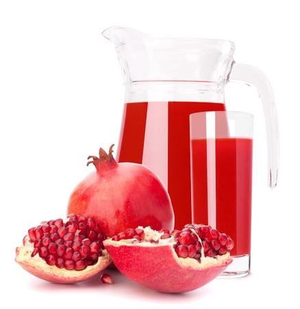 Pomegranate fruit sap in glas waterkruik geïsoleerd op een witte achtergrond knipsel Stockfoto