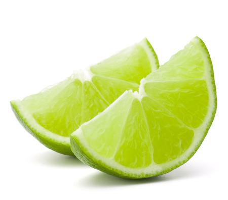 segmento: Segmento de la fruta c�trica de lima aislado en blanco