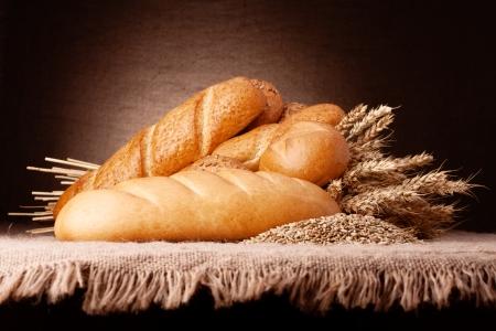 Assortiment van brood en oren bos stilleven op rustieke Stockfoto