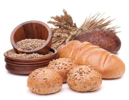 pan frances: pan fresco y grano recipiente aislado en el fondo blanco del recorte