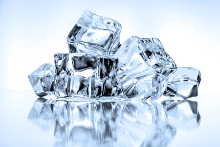 cubos de hielo: Los cubos de hielo sobre fondo azul Foto de archivo