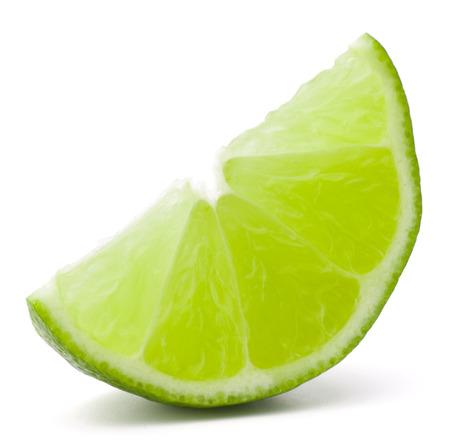 segmento: Citrus segmento de fruta de la cal aislada en el recorte de fondo blanco
