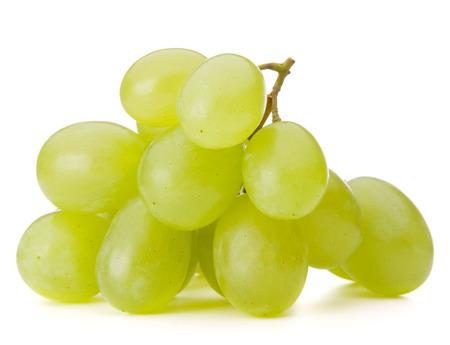 uvas: Racimo de uva verde aislado en el recorte de fondo blanco