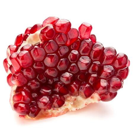 segmento: Segmento de fruta de la granada madura aisladas sobre fondo blanco recorte