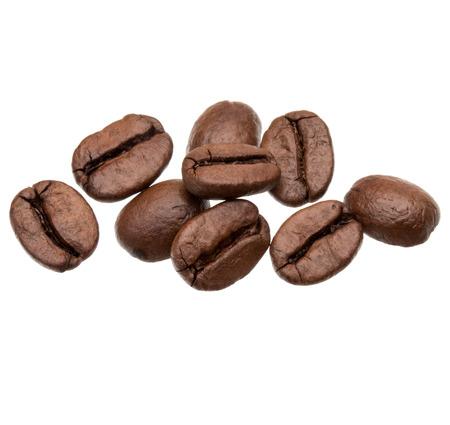 semilla de cafe: granos de caf� tostado aislados en fondo blanco recorte Foto de archivo