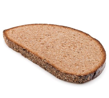 comiendo pan: Rebanada de pan de centeno fresco aislado en el recorte de fondo blanco