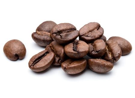 porotos: granos de café tostado aislados en fondo blanco recorte Foto de archivo