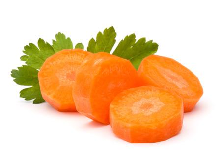 perejil: Rodajas de zanahoria picada y hierbas de hojas de perejil bodegón aisladas sobre fondo blanco recorte